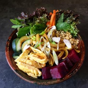 Tallarines estilo oriental con vegetales, huevo y trigo entero.