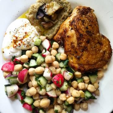 Pollo a la paprika con babaganoush, ensalada de garbanzos y jocoque.